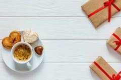 Verpakte de Giftenkoffie van de valentijnskaartendag Concept met Suikergoed op Hout royalty-vrije stock afbeelding
