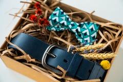 Verpakte gift, vlinderdas en riem, gift voor de mens stock afbeelding