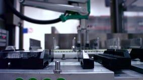 Verpakte goederen bij geautomatiseerde productielijn Productielijn bij fabriek stock videobeelden