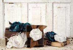 Verpakte uitstekende pakketten met bloemen Stock Afbeeldingen