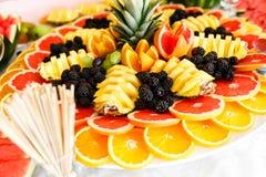 Verpflegungs-Tabelle mit unterschiedlicher Art von Früchten Stockbilder