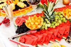 Verpflegungs-Tabelle mit unterschiedlicher Art von Früchten Lizenzfreie Stockbilder