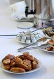 Verpflegungsbankettisch mit gebackenen Lebensmittelsnäcken, Kuchen, Kaffee und Kaffeerahmtöpfen, Selbstaufschlag, öffnen Buffetab Lizenzfreie Stockfotos