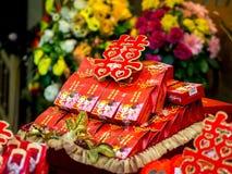 Verpflichtung, die mit doppeltes Glück-chinesischem Schriftzeichen u. x28 anbietet; Xuangxi& x29; Lizenzfreie Stockfotos