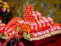Verpflichtung, die mit doppeltes Glück-chinesischem Schriftzeichen u. x28 anbietet; Xuangxi& x29; Lizenzfreies Stockfoto