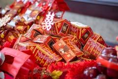 Verpflichtung, die mit doppeltes Glück-chinesischem Schriftzeichen (Xuangxi, anbietet) Stockfoto