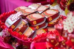 Verpflichtung, die mit doppeltes Glück-chinesischem Schriftzeichen Xuangxi anbietet Stockfotografie