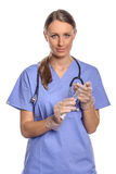 Verpleegster of arts die een grote onderhuidse spuit houden Stock Afbeeldingen