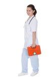 Verpleegster of arts met een eerste hulpuitrusting Royalty-vrije Stock Afbeelding