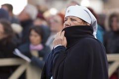 Verpleegster bij de massa van Pausfrancis Stock Foto