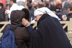 Verpleegster bij de massa van Pausfrancis Stock Afbeeldingen