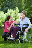 Verpleegster die bejaarde behandelen Stock Foto's