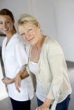 Verpleegster die bejaarde het lopen bevorderen royalty-vrije stock afbeelding
