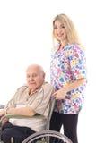 Verpleegster die bejaarde patiënt helpt royalty-vrije stock afbeeldingen