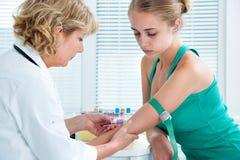 Verpleegster die bloedmonster nemen Royalty-vrije Stock Afbeeldingen
