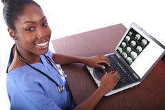 Verpleegster die Computer met behulp van Stock Afbeeldingen