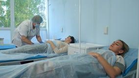 Verpleegster die de geduldige ader van ` voorbereiden s om IV buis te zetten Stock Foto