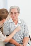 Verpleegster die de hartslag van haar patiënt neemt Royalty-vrije Stock Afbeelding