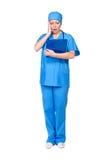 Verpleegster die de resultaten van het onderzoek bekijkt Royalty-vrije Stock Foto