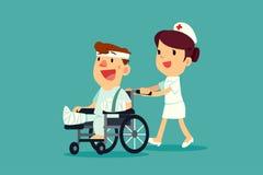 Verpleegster die de verwonde mens op rolstoel duwen Stock Afbeeldingen