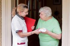 Verpleegster die een patiënt thuis bezoekt Royalty-vrije Stock Foto's