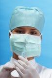 Verpleegster die een spuit houdt stock afbeelding