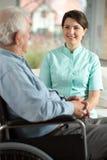 Verpleegster die gehandicapte patiënt bezoeken Royalty-vrije Stock Afbeeldingen
