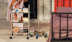 Verpleegster die geneeskunde voorbereiden royalty-vrije stock afbeelding