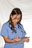 Verpleegster die grafieken bekijkt - de Reeks van Mensen Royalty-vrije Stock Foto's