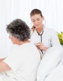 Verpleegster die haar patiënt behandelt Royalty-vrije Stock Foto
