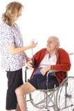 Verpleegster die handicappatiënt controleert stock foto's