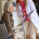 Verpleegster die hogere vrouw vragen om Royalty-vrije Stock Foto's