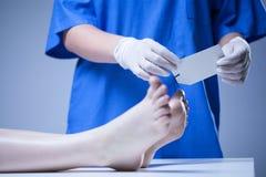 Verpleegster die in lijkenhuis werken Royalty-vrije Stock Afbeeldingen