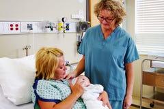 Verpleegster die Mamma voedende baby waarnemen royalty-vrije stock foto