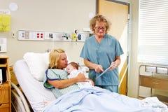 Verpleegster die Mammainstructies geven die tablet gebruiken royalty-vrije stock foto's