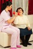 Verpleegster die oudste helpt Royalty-vrije Stock Foto