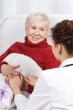 Verpleegster die patiënt behandelen Stock Foto's