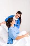 Verpleegster die patiënt helpt Stock Foto's