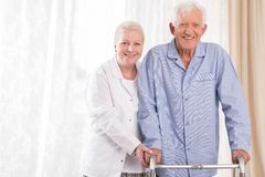 Verpleegster die patiënt helpt Royalty-vrije Stock Foto