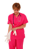 Verpleegster die RubberHandschoenen toepast Stock Foto's
