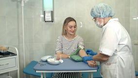 Verpleegster die spuit voorbereiden om bloed van vrouwelijke donor te verzamelen Royalty-vrije Stock Fotografie