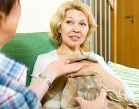 Verpleegster die voor een vrouw geven Royalty-vrije Stock Afbeelding