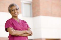 Verpleegster die zich buiten het Ziekenhuis bevindt royalty-vrije stock foto