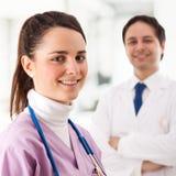 Verpleegster en arts Stock Afbeeldingen