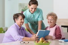Verpleegster en oudere vrouwen Royalty-vrije Stock Fotografie