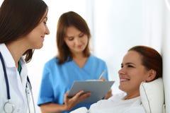 Verpleegster het vullen de lijst van de intern verpleegde patiënt medische geschiedenis Royalty-vrije Stock Foto