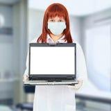 Verpleegster met computer in het ziekenhuis Stock Fotografie