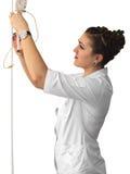 Verpleegster met een druppelbuisje en een bassin Stock Afbeeldingen