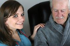 Verpleegster met Hogere Patiënt Stock Afbeeldingen