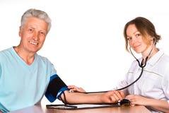 Verpleegster met patiënt stock foto